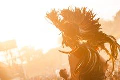 Retire o festival 2015 - dançarino no traje indiano no nascer do sol sobre Imagem de Stock