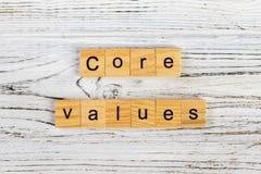 retire o núcleo da palavra dos valores feita com conceito de madeira dos blocos imagens de stock royalty free