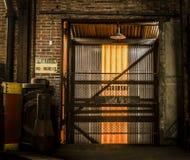 Retire o vão das escadas em uma fábrica abandonada Imagens de Stock