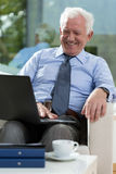 Retired businessman using laptop Royalty Free Stock Photos