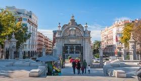 Retiro公园是有很多人参加的在一温暖的天在马德里,西班牙 免版税库存图片