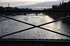 Retiro de la poste-cerradura del puente de la cerradura del amor con los mensajes del amor escritos en barreras plásticas fotos de archivo