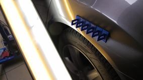 Retiro de la reparaci?n de la abolladura de Paintless Atado al coche de la abolladura se pega para alinear la superficie del coch metrajes