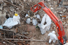 Retiro de los escombros de la demolición de la construcción Foto de archivo