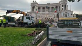 Retiro del árbol de navidad Spelacchio de la plaza Venezia, Ro Fotos de archivo
