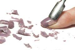 Retiro del esmalte de uñas en un fondo blanco natural imagen de archivo