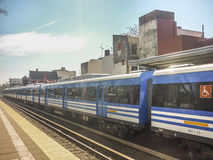 Retiro drev som lämnar stationen - Buenos Aires Argentina Arkivfoton