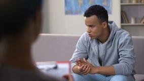 Retiro negro adicto del sufrimiento del adolescente de la droga ansiosa, sesión de la psicoterapia almacen de video