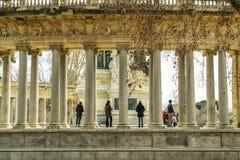 Retiro parkerar kolonner i Madrid i Spanien royaltyfri foto