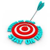 Retén en la blanco - flecha y anillos rojos Imagen de archivo libre de regalías