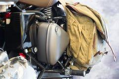 Reto-Schwarzmotorrad mit lederner Reisetasche Stockfotografie