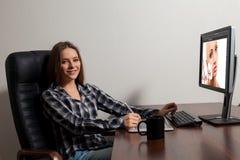 Retoucher работает в офисе Стоковая Фотография