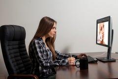 Retoucher работает в офисе Стоковое фото RF