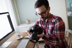 Retoucher do fotógrafo que trabalha em fotos fotografia de stock