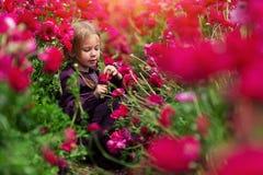 Retouching φωτογραφία τέχνης Εύθυμο κορίτσι στη μέση των φωτεινών λουλουδιών στοκ εικόνα