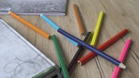 Retour à l'école ou à l'espace de travail Papier à lettres colorées au-dessus sur fond de bois à plat allongement à plat lent pan banque de vidéos