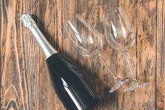 Retr влюбленности концепции стекел шампанского вечеринки по случаю дня рождения деревянное деревенское Стоковое фото RF