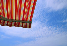 Retractable тент над балконом стоковое изображение rf