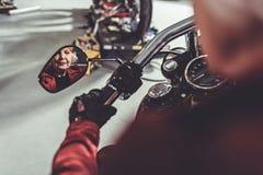 Retraité calme conduisant en moto Photos stock