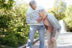 Retraité de soin aidant l'épouse supérieure dehors Image libre de droits