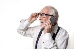 Retraité joyeux ayant la conversation téléphonique agréable Image libre de droits