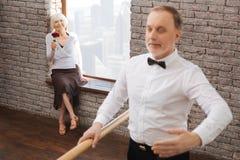 Retraité qualifié jacassant le ballet dans le studio de danse Image stock