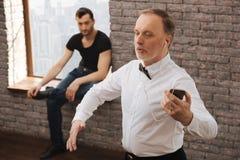 Retraité retraité artistique exécutant dans le studio de danse Photos libres de droits
