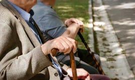 Retraités, amis s'asseyant en parc et se reposant - concept d'un âge de retraite Photographie stock