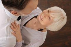 Retraités avec plaisir appréciant la valse dans le studio de danse Image libre de droits