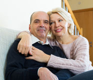 Retraités de couples ensemble sur le sofa à la maison Photo stock