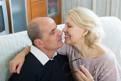 Retraités de couples ensemble sur le sofa à la maison Images libres de droits