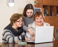 Retraités et parent avec l'ordinateur portable Image libre de droits