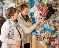 Retraités féminins achetant des décorations de Noël Photos stock