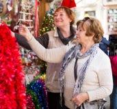 Retraités féminins achetant des décorations de Noël Photographie stock