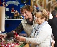 Retraités féminins achetant des décorations de Noël Photo stock