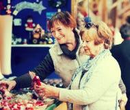 Retraités féminins achetant des décorations de Noël Images stock
