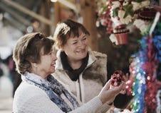 Retraités féminins achetant des décorations de Noël Photos libres de droits