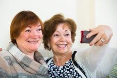 Retraités féminins faisant le selfie Photos libres de droits