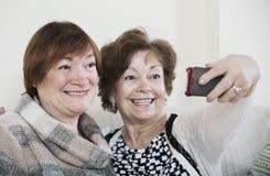 Retraités féminins faisant le selfie Photos stock