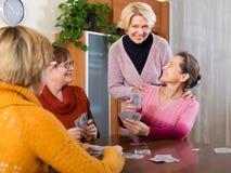 Retraités féminins jouant des cartes Photo stock