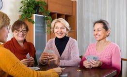 Retraités féminins jouant des cartes Image libre de droits