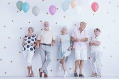 Retraités heureux tenant des ballons Image libre de droits