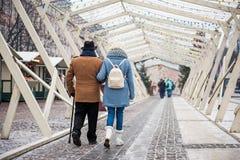 Retraités masculins et féminins calmes appréciant la promenade dans la ville Photo stock