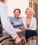 Retraités rendant visite à l'ami handicapé Images stock