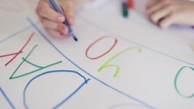 Retrait d'enfant Main des lettres d'une ?criture d'enfant sur le livre blanc clips vidéos