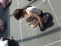 Retrait d'enfant sur l'asphalte W Image libre de droits