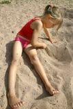 Retrait de fille dans le sable Photos libres de droits