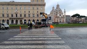 Retrait de l'arbre de Noël Spelacchio de Piazza Venezia, RO Image stock