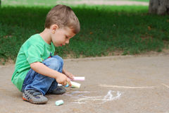 Retrait de petit garçon avec la craie Photo libre de droits