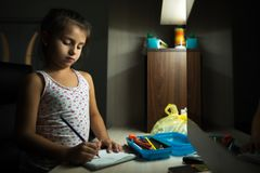Retrait de petite fille avec des crayons à la maison photos libres de droits